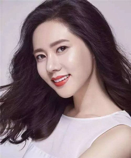 """秋瓷炫,1979年01月20日出生于韩国大邱,韩国籍女演员。1996年参演SBS偶像剧《少女成长的感觉18岁》出道。2003年参演台湾台视制作的电视剧《恋香》。2007年在《大旗英雄传》饰演女一号""""水灵光"""",正式宣告进入中国影视圈。2011年主演电视剧《回家的诱惑》,并凭借林品如这一角色在亚洲偶像盛典颁奖典礼上获得""""亚洲偶像最受欢迎海外演员奖""""。"""